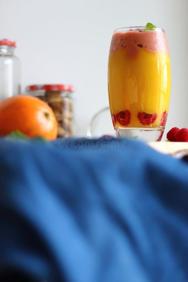 Kleurrijke die smoothie van verschillende vruchten gelaagd in een glas wordt gemaakt stock foto's