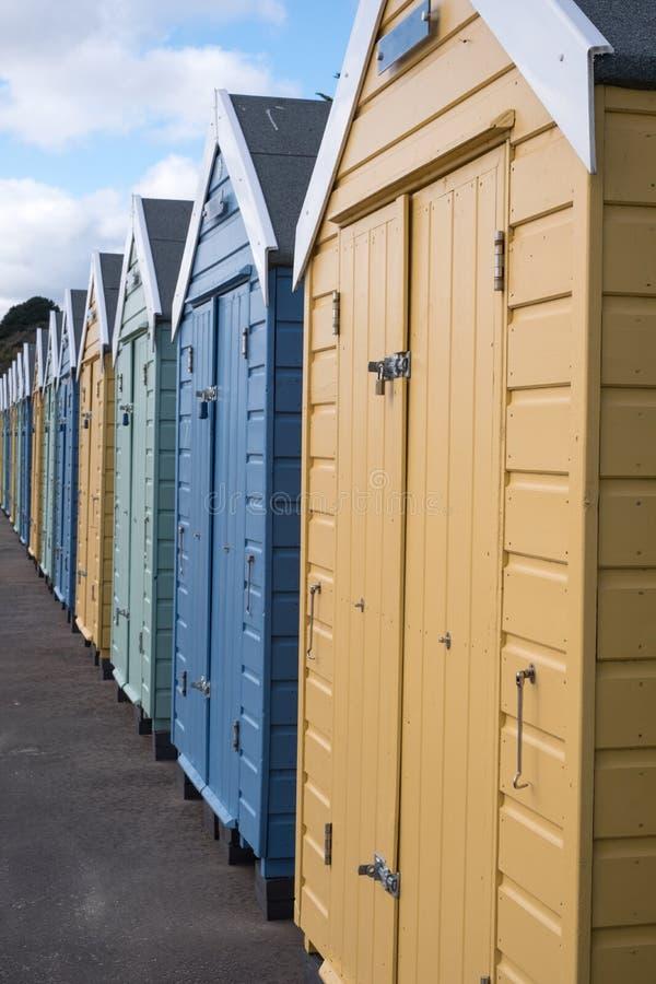 Kleurrijke die strandhutten op de promenade op de overzeese van Bournemouth het UK voorzijde worden gevestigd royalty-vrije stock foto