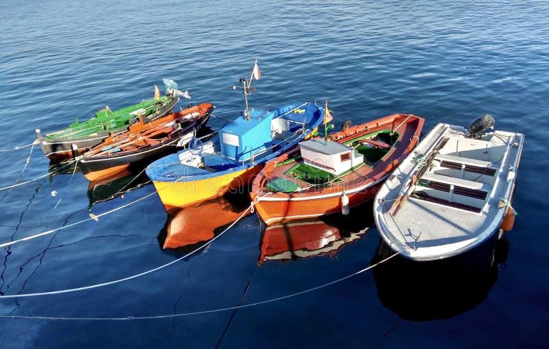Kleurrijke die vissersboten tijdens de zomer in o-Bosje Spanje worden gedokt royalty-vrije stock foto