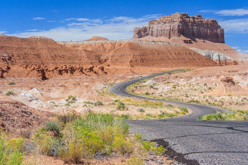 Kleurrijke die weg in woestijn met verschillende kleurensedimenten en rotsen dichtbij het Park van de Staat van de Koboldvallei U royalty-vrije stock foto