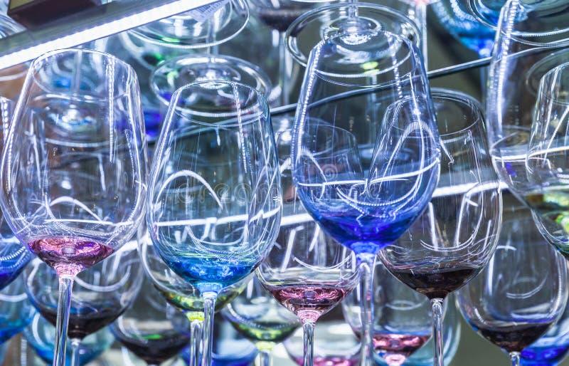 Kleurrijke die wijnglazen van Boheems glas worden gemaakt royalty-vrije stock foto