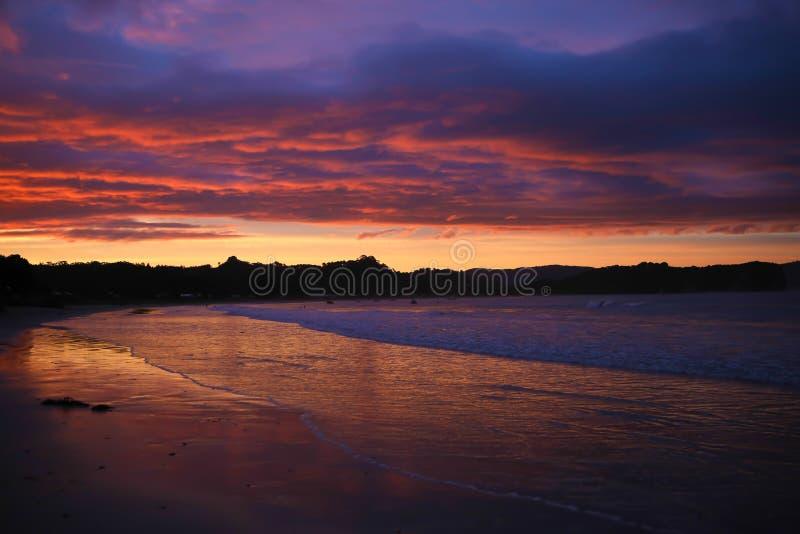 Kleurrijke die Zonsondergang in Water wordt weerspiegeld royalty-vrije stock afbeeldingen