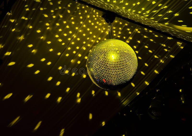 Kleurrijke discobal in een nachtclub stock afbeeldingen