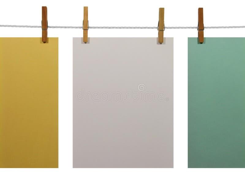 Kleurrijke document bladen op een waslijn (weg +clipping) stock afbeeldingen