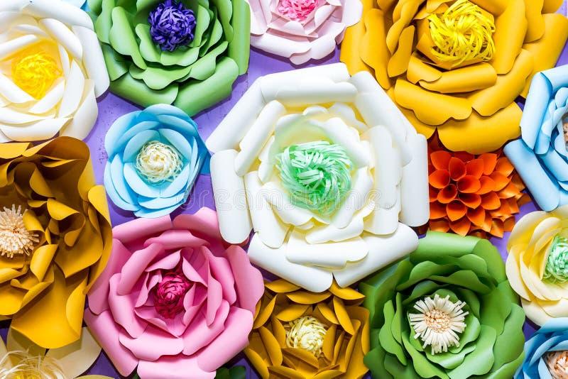 Kleurrijke document bloemen op muur Met de hand gemaakte kunstmatige bloemendecoratie De lente abstracte mooie achtergrond en tex stock afbeeldingen