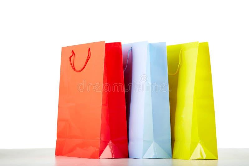 Kleurrijke document het winkelen zakken op wit royalty-vrije stock fotografie