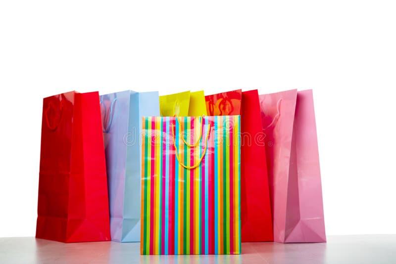Kleurrijke document het winkelen zakken op wit royalty-vrije stock foto