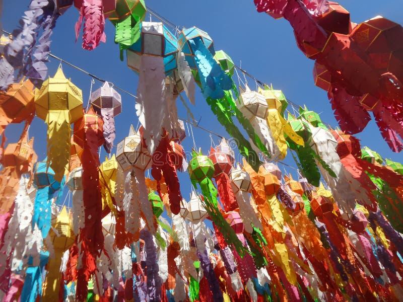 Kleurrijke Document lantaarns die onder blauwe hemel hangen stock foto