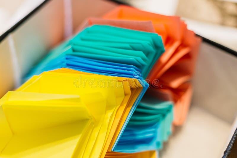 Kleurrijke document vliegtuigen op houten lijstachtergrond kinderjaren, vrijheid, origami en diversiteit concep royalty-vrije stock foto