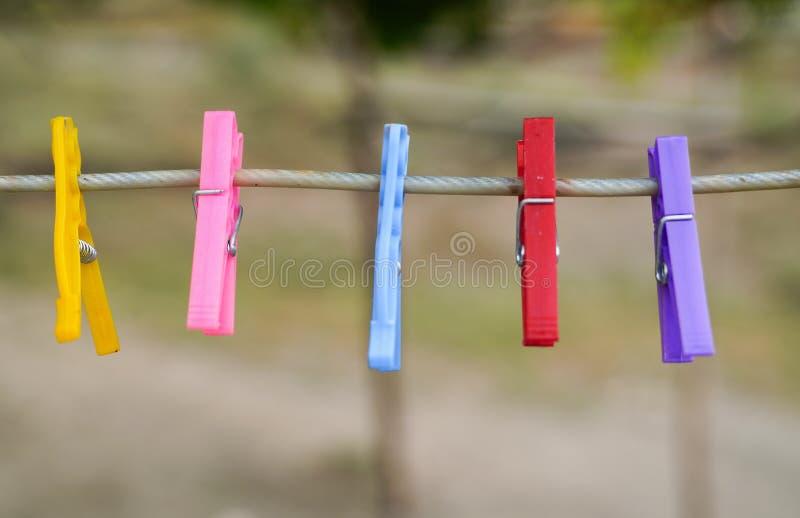 Kleurrijke doekpinnen met een vage achtergrond royalty-vrije stock afbeeldingen