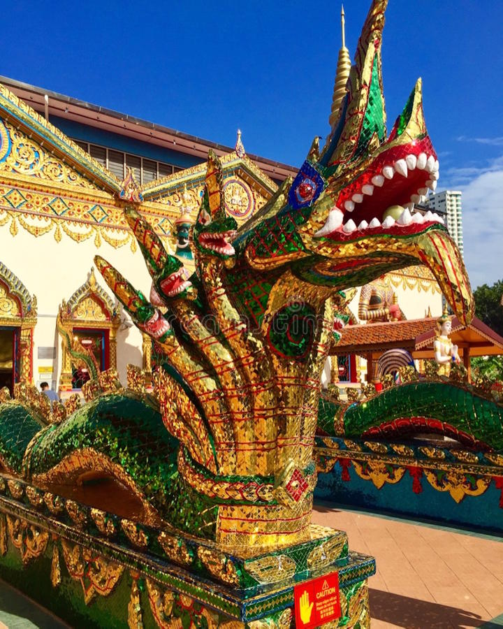 Kleurrijke draak buiten Boeddhistische tempel royalty-vrije stock foto's