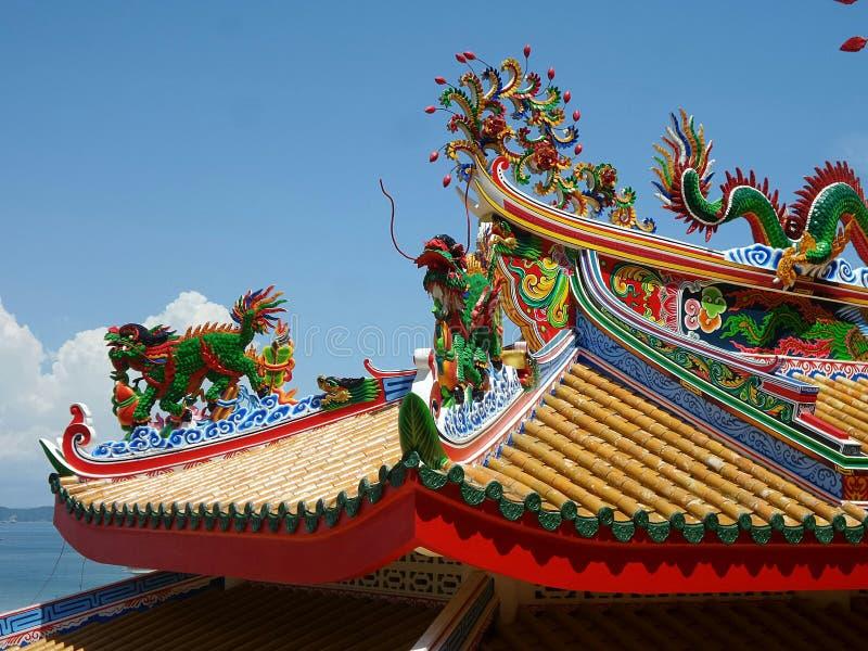 Kleurrijke draak op geel dak van Chinese Tempel op het noordenhaven van Koh Sichang Island stock afbeelding