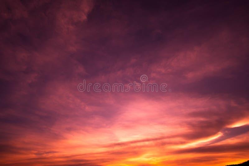 Kleurrijke dramatische hemel met wolk bij zonsondergang royalty-vrije stock afbeelding
