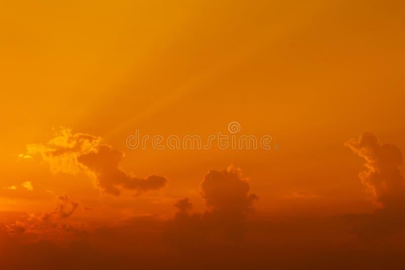 Kleurrijke dramatische hemel met wolk bij zonsondergang stock afbeelding