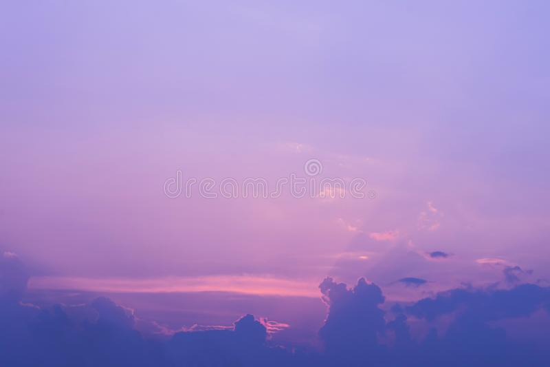 Kleurrijke dramatische hemel met wolk bij zonsondergang royalty-vrije stock afbeeldingen