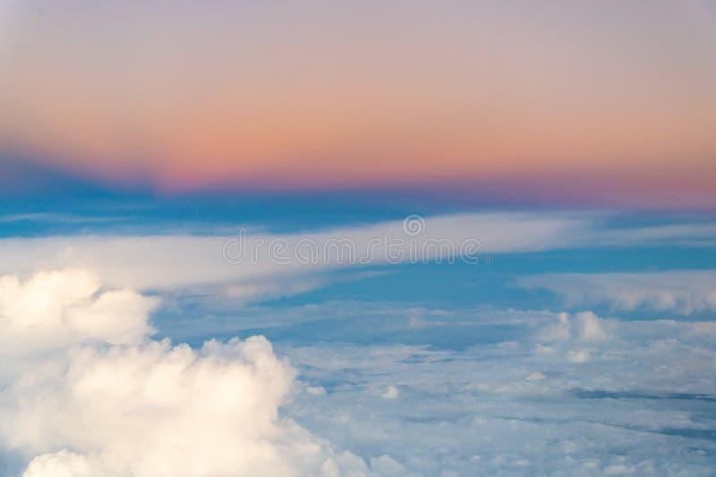 Kleurrijke dramatische hemel met wolken stock afbeeldingen