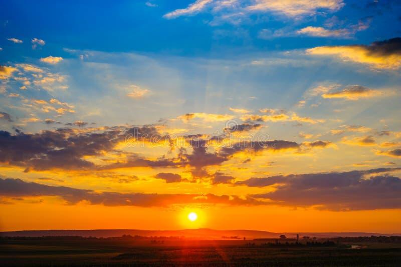 Kleurrijke dramatische zonsondergang royalty-vrije stock afbeelding
