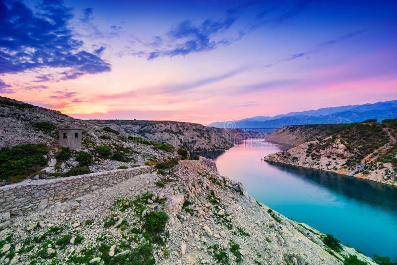 Kleurrijke Dramatische Zonsondergang over de Rivier en de Bergen in Dalmatië, Kroatië royalty-vrije stock afbeelding