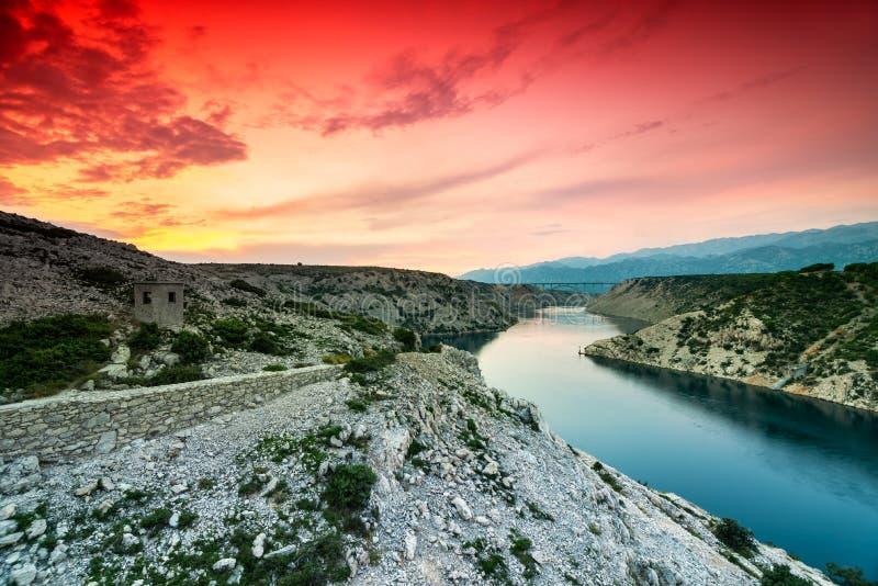 Kleurrijke Dramatische Zonsondergang over de Rivier en de Bergen in Dalmati?, Kroati? stock afbeelding