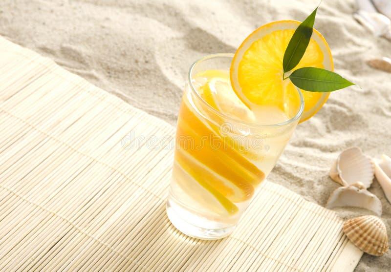 Kleurrijke drank op het strand royalty-vrije stock afbeeldingen