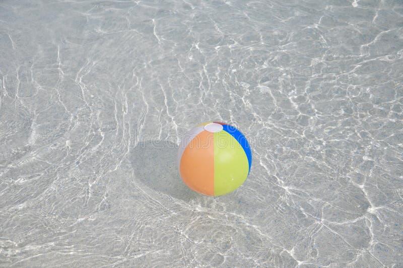 Kleurrijke drijvende zwembadbal royalty-vrije stock foto