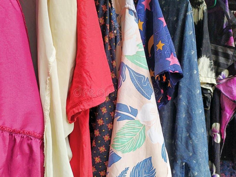 Kleurrijke droge kleren in de zon stock fotografie