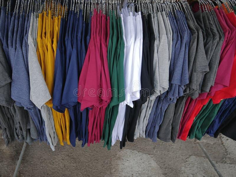 Kleurrijke Duidelijke Toevallige T-shirts die op het Rek hangen stock afbeelding