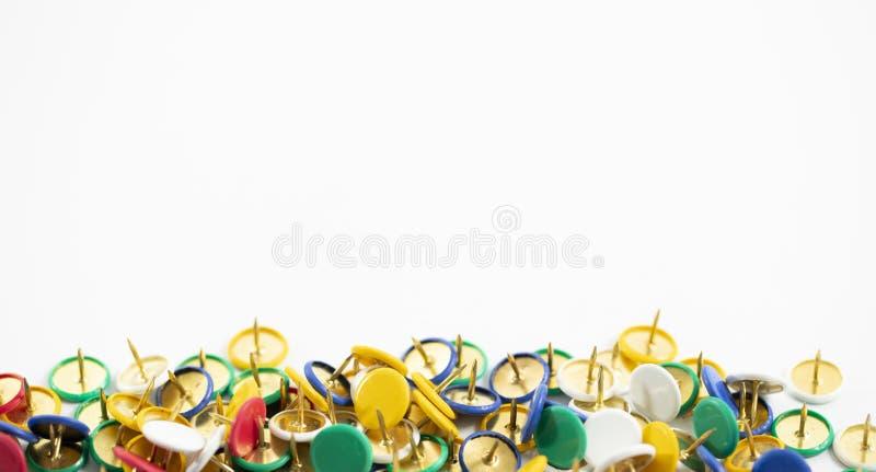 Kleurrijke duimkopspijker op de witte achtergrond royalty-vrije stock foto