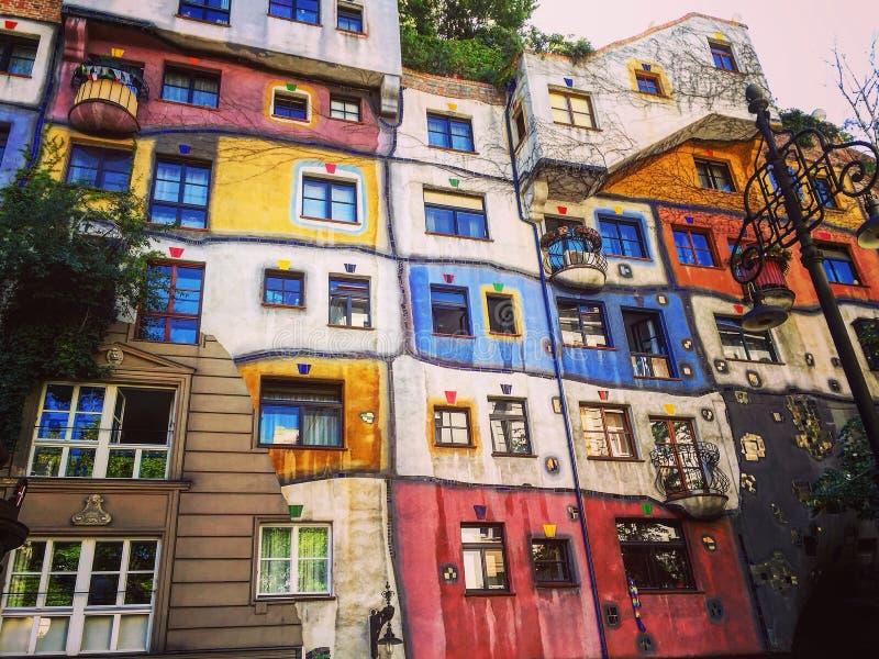 Kleurrijke en adembenemende Hundertwasserhaus royalty-vrije stock afbeeldingen