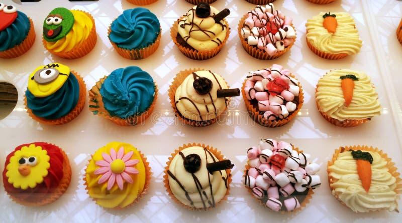 Kleurrijke en grappige cakes stock foto's