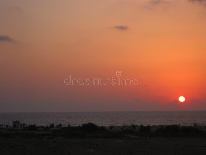 Kleurrijke en het opvlammen zonsondergang bij het strand stock foto's