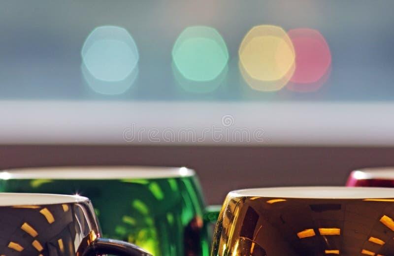 Kleurrijke en seizoengebonden koffiemokken met vensterbezinning stock foto's