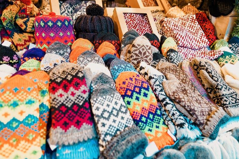 Kleurrijke en siervuisthandschoenenhandschoenen, sokken en hoeden bij één van de boxen tijdens Kerstmismarkt in de winter Riga  stock fotografie