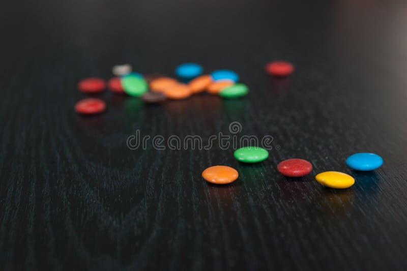 Kleurrijke en snoepjesvoorwerpen op de lijst stock fotografie
