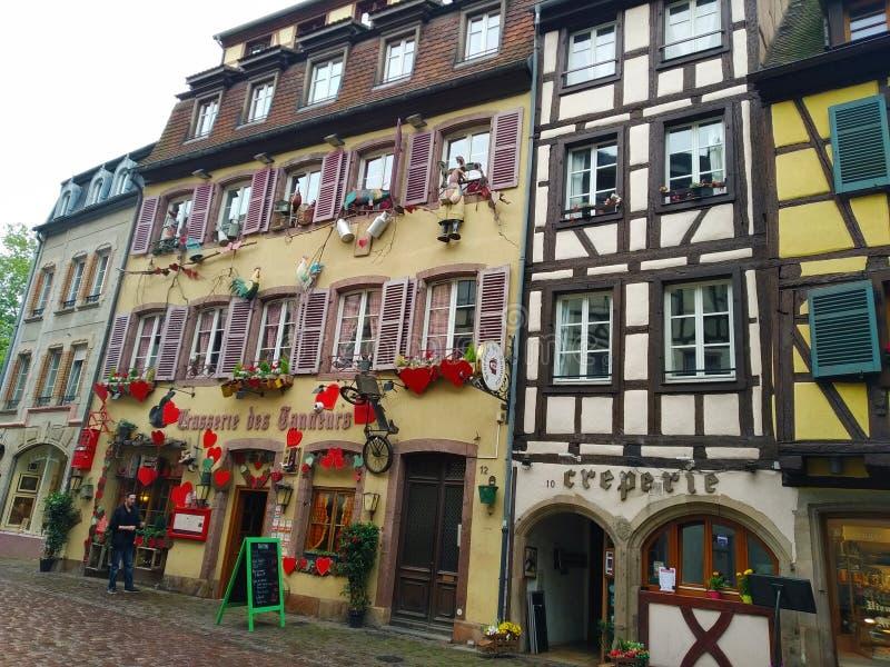 Kleurrijke en verfraaide huizen in de straten van Colmar stock afbeeldingen