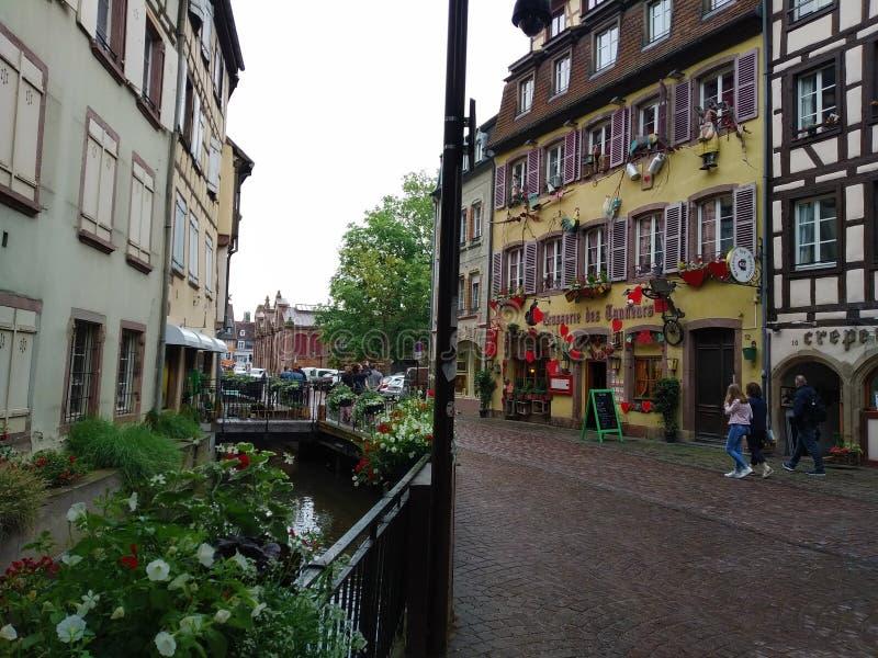 Kleurrijke en verfraaide huizen in de straten van Colmar royalty-vrije stock foto