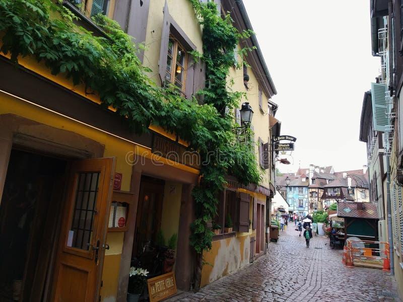 Kleurrijke en verfraaide oude huizen in de straten van Colmar stock foto's