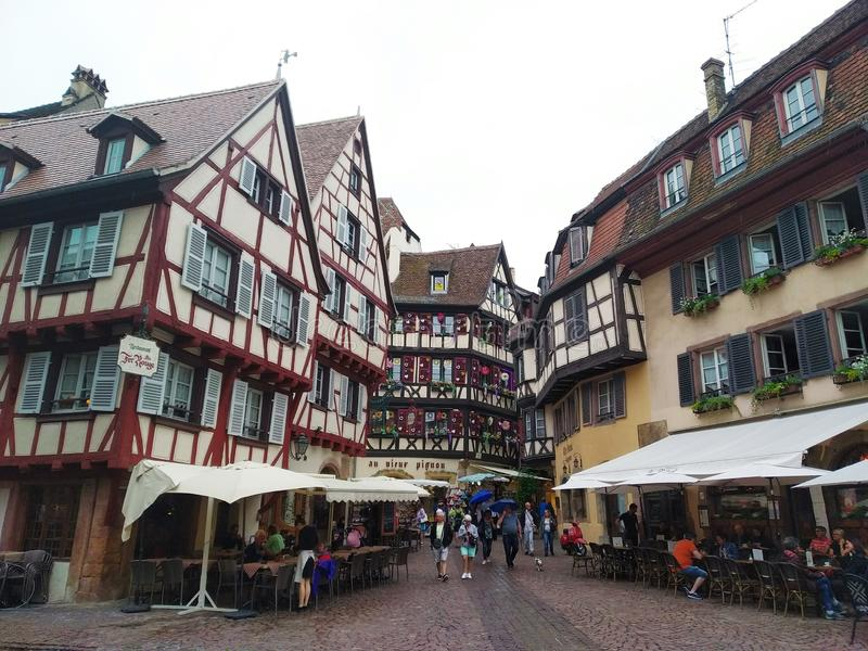 Kleurrijke en verfraaide oude huizen in de straten van Colmar royalty-vrije stock afbeeldingen