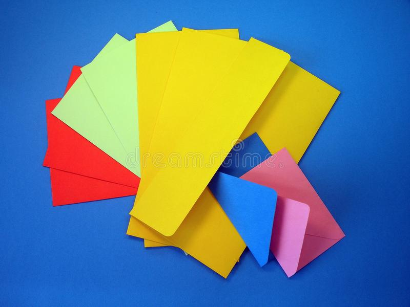 Kleurrijke enveloppen stock foto's