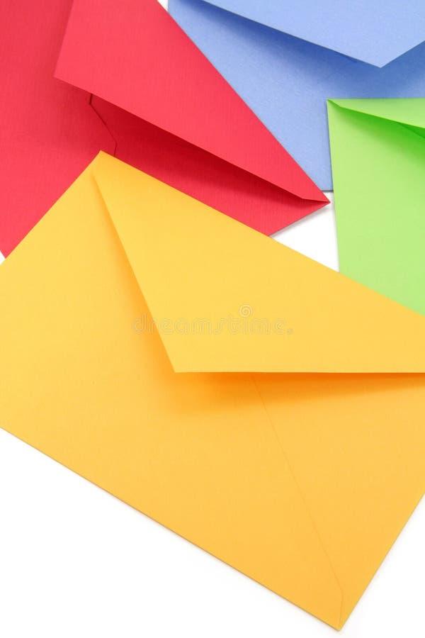 Kleurrijke enveloppen stock afbeeldingen