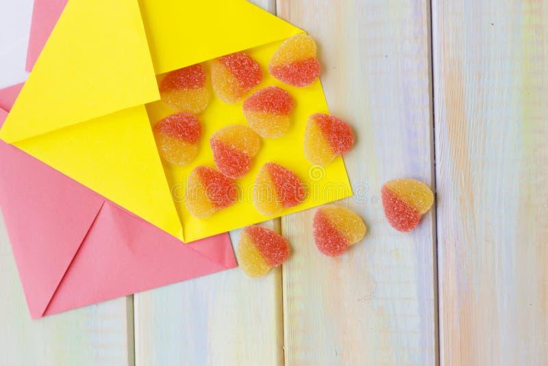 Kleurrijke enveloppen voor liefdebrieven stock afbeeldingen