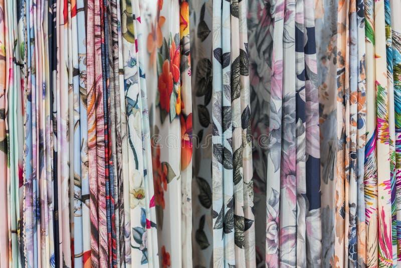 Kleurrijke etnische sjaals in een medinaplaats - sluit omhooggaand en volledig kader Veelkleurige stoffenachtergrond stock afbeeldingen