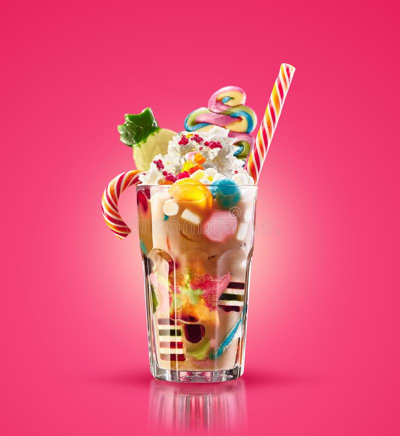 Kleurrijke, feestelijke cocktail met snoepjes, suikergoed, gelei Kleurrijke serie van verschillende childssnoepjes en traktaties  royalty-vrije stock fotografie
