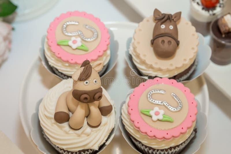 Kleurrijke feestelijke cupcakes op lijst stock afbeeldingen