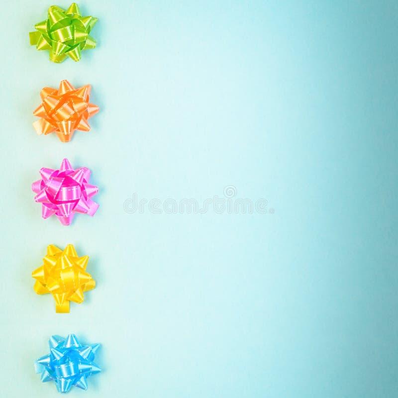 Kleurrijke feestelijke decoratie op blauwe achtergrond stock afbeelding