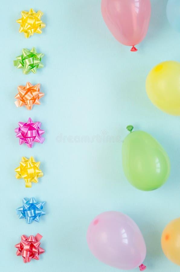 Kleurrijke feestelijke decoratie op blauwe achtergrond stock afbeeldingen