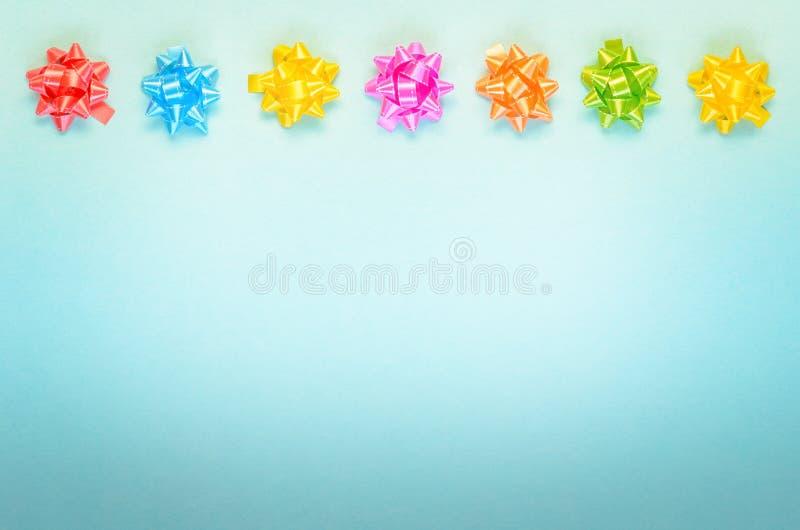 Kleurrijke feestelijke decoratie op blauwe achtergrond royalty-vrije stock fotografie