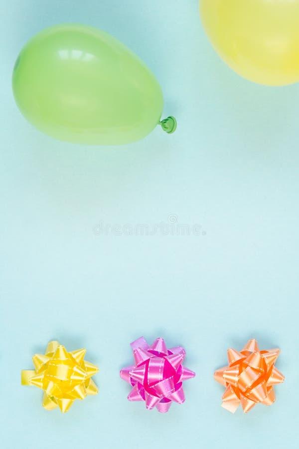 Kleurrijke feestelijke decoratie op blauwe achtergrond royalty-vrije stock afbeeldingen