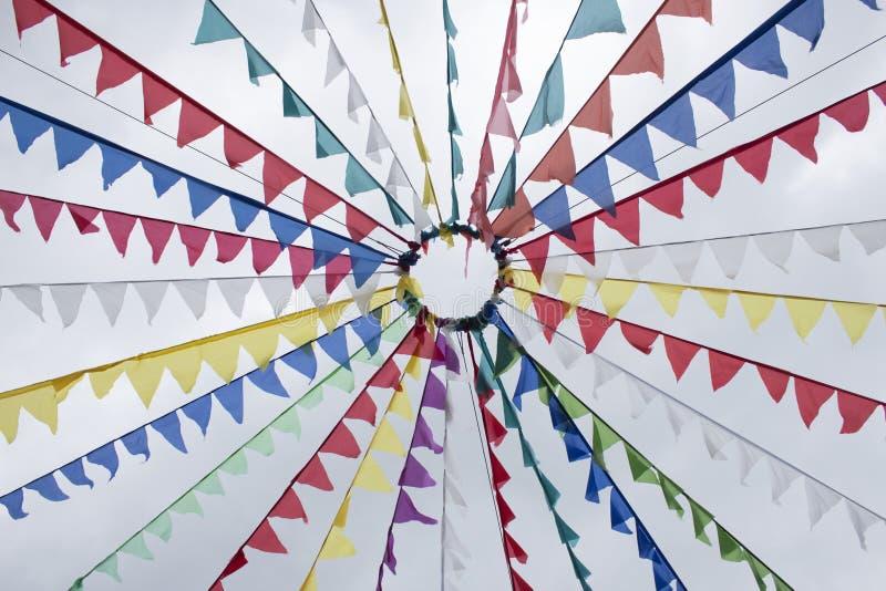 Kleurrijke feestelijke die vlaggen, van stof, tegen de hemel worden gemaakt royalty-vrije stock afbeeldingen