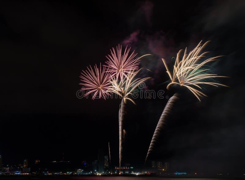 Kleurrijke firewok bij het Internationa-Vuurwerkfestival in Pattay royalty-vrije stock foto's
